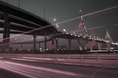 Nattlandskap av den Bhumibol upphängningbron i den Bangkok staden Arkivfoton