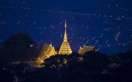 Nattlandskap av den Doi Suthep templet, Chiang Mai, Thailand Fotografering för Bildbyråer