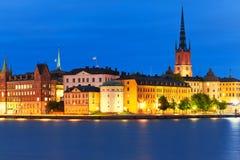 Nattlandskap av den gammala townen i Stockholm, Sverige Arkivfoton