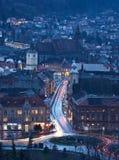 Nattlandskap av den medeltida staden Brasov, Transylvania i Rumänien med den rådfyrkanten, svarta kyrkan och citadellen royaltyfria foton
