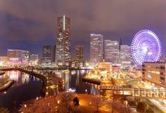 Nattlandskap av Minatomirai fjärdområde i den Yokohama staden, med gränsmärketornet bland höga löneförhöjningskyskrapor Arkivbilder
