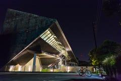 Nattlandskap av modern byggnad arkivbilder
