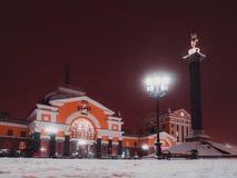 Nattlandskap av staden Drevstation krasnoyarsk Vinter royaltyfri foto