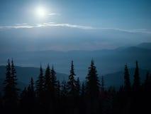 Nattlandskap i bergen arkivbilder