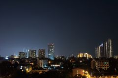 Nattlandskap i ner stad arkivbild