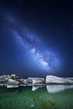 Nattlandskap med den mjölkaktiga vägen på havet starry sky Royaltyfria Foton