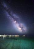 Nattlandskap med den mjölkaktiga vägen på havet starry sky Royaltyfri Foto