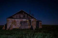 Nattlandskap med det övergav spöklika huset Royaltyfri Foto