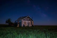 Nattlandskap med det övergav spöklika huset Royaltyfri Bild