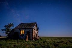 Nattlandskap med det övergav spöklika huset Arkivfoto