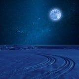 Nattlandskap med gummihjulspåret Arkivbild