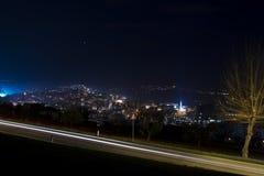 Nattlandskap med ljusa slingor Fotografering för Bildbyråer