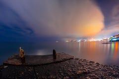 Nattlandskap med ljusen av staden och havet Royaltyfri Bild