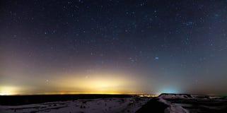 Nattlandskap med stjärnor arkivbild