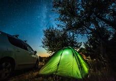 Nattlandskap med tältet och bilen royaltyfri bild