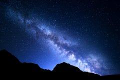 Nattlandskap med Vintergatan Stjärnklar himmel, universum royaltyfria bilder