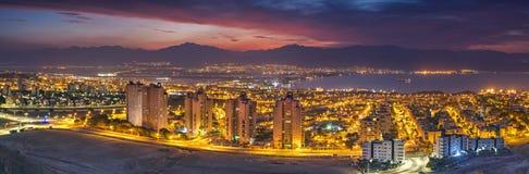 Nattlig flyg- scenisk sikt på Eilat Israel och den Aqaba Jordanien royaltyfri foto