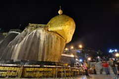 Nattlig nedersta sikt guld- rock Kyaiktiyo Pagoda måndag tillstånd myanmar Fotografering för Bildbyråer