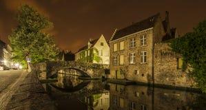 Nattlig sikt av en kanal i Bruges Royaltyfri Foto