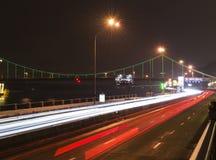 Nattljus av bilar nära den Dnipro floden Royaltyfri Foto