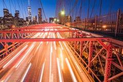 Nattljus av bilpannlampor på den Brooklyn bron exponering long royaltyfria bilder
