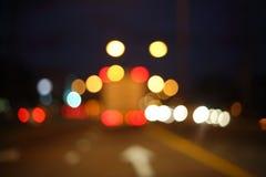 Nattljus av lastbilbilen på stadsgatan, abstrakt suddighet Arkivfoto