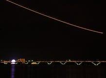 Nattljusslinga över bron Royaltyfri Bild