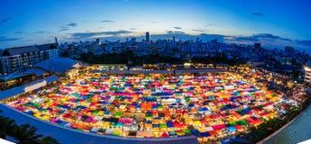 Nattmarknad i Bangkok, begagnad shopping arkivfoton