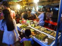 Nattmarknad i Phnom Penh - huvudstad av Cambodja Arkivfoton
