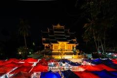 Nattmarknad på den Luang Pra smällen Royaltyfria Foton