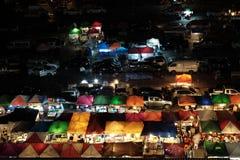 Nattmarknad på den Ratchada vägen i Bangkok, Thailand Royaltyfria Foton