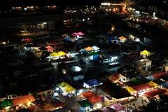 Nattmarknad på den Ratchada vägen i Bangkok, Thailand Royaltyfria Bilder