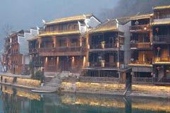 Nattnedgång i Fenghuang, Kina Royaltyfria Bilder