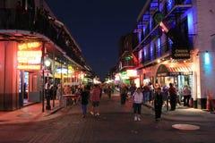 Nattnedgångar på den Bourbon gatan Royaltyfri Bild