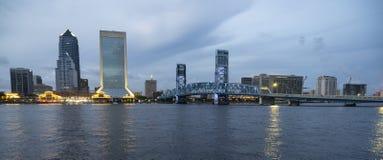 Nattnedgångar på Jacksonville Florida den i stadens centrum stadshorisonten royaltyfria foton