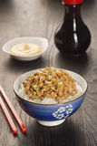 Natto,日语发酵了大豆,在米用酱油和芥末 免版税库存照片