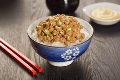 Natto, giapponese ha fermentato la soia, sopra riso Immagine Stock