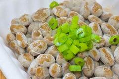 Natto - un aliment japonais populaire et sain des haricots fermentés dans un conteneur de mousse de styrol aux oignons verts de r image stock