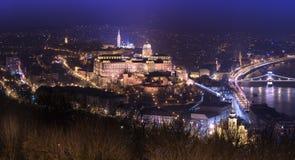 Nattpanorama av Budapest med Buda Castle, Ungern Arkivfoton