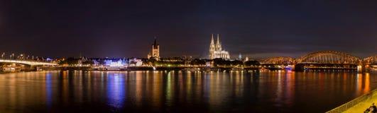 Nattpanorama av den flodRhen och domkyrkan i Cologne royaltyfri foto