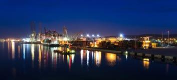 Nattpanorama av den Gdynia skeppsvarven Arkivfoto
