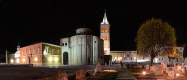 Nattpanorama av den kroatiska staden Zadar Royaltyfri Foto