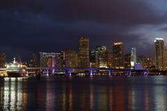 Nattpanorama av den Miami staden som är i stadens centrum med reflexioner Arkivfoto