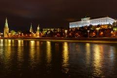 Nattpanorama av den MoskvaKreml- och Moskva floden med belysning Historiskt mittlandskap för Moskva arkivbild
