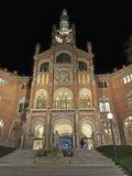 Nattpanorama av det Sant Pau sjukhuset i Barcelona arkivbild