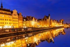 Nattpanorama av Gdansk, Moltawa flodstrand, Polen royaltyfria foton