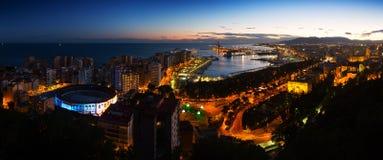 Nattpanorama av Malaga Arkivbilder