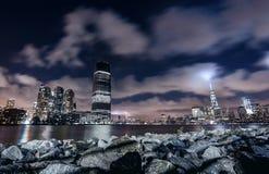 Nattpanorama av New York City arkivbild
