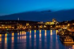Nattpanorama av Prague med den tända Prague slotten arkivbilder
