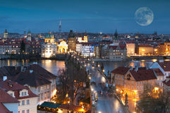 Nattpanorama av Prague, tjeckisk republik. Royaltyfri Fotografi